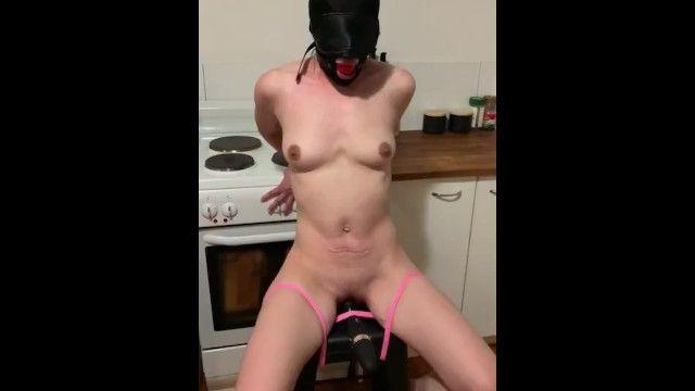 Legato schiavo imbavagliato con castighi di giocattoli sessuali
