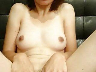 La cattiva mamma giapponese mostra il suo divertente buco rosa